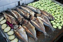 Gril avec des poissons et des légumes Photographie stock