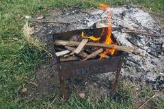 Gril avec le charbon de bois Photographie stock