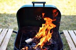 Gril avec le feu ouvert photographie stock libre de droits