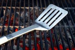 Gril chaud de charbon de bois avec des outils de BBQ Photos stock