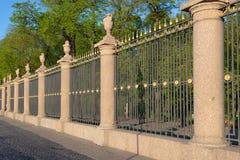 Gril décoratif du plan rapproché de barrière de jardin d'été le soir de mai St Petersburg Image stock
