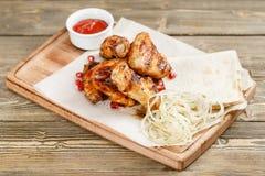 Gril d'ailes de poulet Servir sur un conseil en bois sur une table rustique Menu de rôtisserie, une série de photos de Photographie stock libre de droits