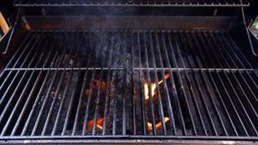 Gril de barbecue avec des flammes images libres de droits