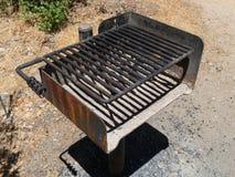Gril de barbecue de terrain de camping image stock