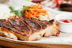 Gril de bifteck de porc Servir sur un conseil en bois sur une table rustique Menu de rôtisserie, une série de photos de différent Image stock
