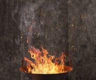 Gril de bouilloire avec des flammes du feu image stock