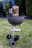 Gril de charbon de bois de barbecue de bouilloire rôtissant le BBQ se tenant sur des gras prêts pour l'action photographie stock
