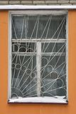 Gril de fenêtre sur une fenêtre de vieille maison de Moscou Photo stock