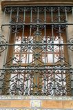Gril de fonte sur la fenêtre dans la ville espagnole de Séville Photo libre de droits