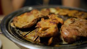 Gril de porc et de viande de barbecue, style coréen banque de vidéos