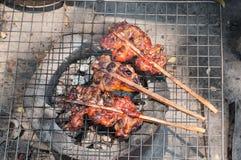 Gril de poulet sur le feu Image libre de droits