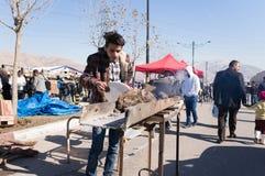 Gril de vendeur de thé préparant le charbon pour le thé dans un matin irakien Photo libre de droits