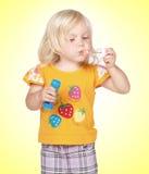 Gril e bolhas de sabão Imagem de Stock Royalty Free