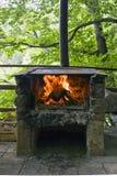 Gril en pierre avec l'incendie et la flamme Photo libre de droits