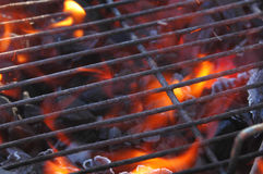 Gril et flammes de BBQ Photo stock