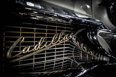 Gril et réflexion de Cadillac photographie stock libre de droits