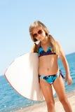 Gril lindo listo para ir a practicar surf. Foto de archivo libre de regalías