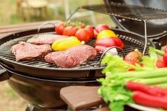 Gril moderne avec de la viande et des légumes extérieurs, plan rapproché Photo stock
