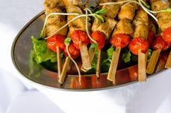 Gril ou préparation de BBQ avec des brochettes de viande Photo stock