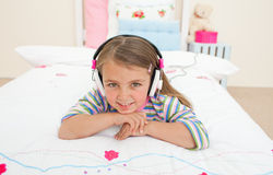 Gril pequeno bonito que escuta a música imagem de stock royalty free