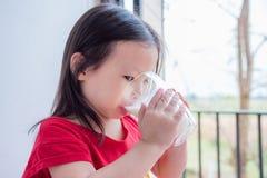 Gril pije mleko od szkła Zdjęcia Royalty Free