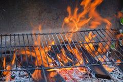Gril vide avec des flammes image libre de droits