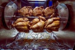 Griled-Hühner auf einem Spucken Stockfoto