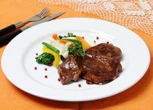 Griled kött med skidfruktsallad Arkivfoton