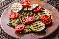 Griledl季节性菜蕃茄和夏南瓜 鸡油煎了油炸物行程沙拉 免版税库存图片