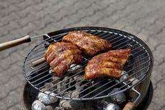 Grilgrill mit Fleisch draußen am Sommer Stockfotografie