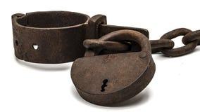 Grilhões velhos oxidados com cadeado fotografia de stock