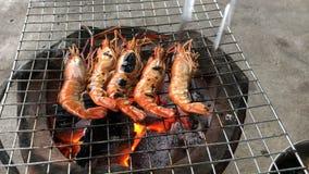 A grillé les crevettes fraîches sur le gril flamboyant avec le feu traditionnel de charbon de bois clips vidéos