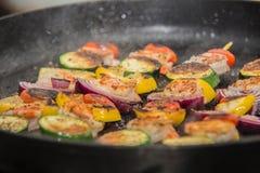 Grillów kije z mięsem i warzywami Zdjęcia Royalty Free