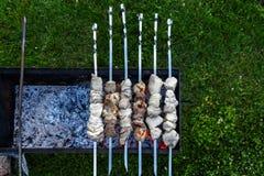 Grillów skewers z mięsny wirować out i gotować na grillu Zdjęcia Royalty Free