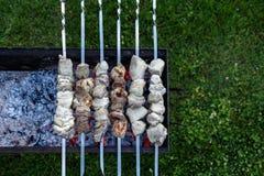 Grillów skewers z mięsny wirować out i gotować na grillu Fotografia Stock