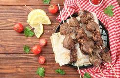 Grillów skewers z soczystym mięsem na talerzu obraz stock