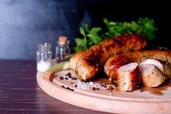 Grillów tongs z sausege fotografia stock