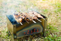 Grill auf dem Grill Fleisch wird auf Holzkohle gebraten Stockfotos