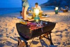 Grill auf dem Strand stockfotos