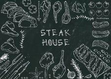 Grill Coupes de viande - boeuf, porc, agneau, bifteck, culotte sans os, rôti de nervures, échine et Rib Chops Tomate, olives, pap Image stock