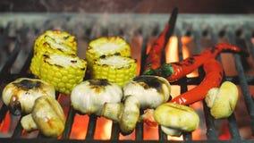 Grill, der Pfeffer des Gemüses Mais, der Pilze, des Knoblauchs und des Paprikas kocht stockfotografie