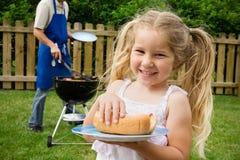 Grill: Dziewczyny mienia hot dog Obrazy Royalty Free