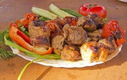 Grill in einer Platte mit Gemüse stockfotos