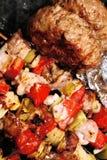 Grill - Fleisch mit Gemüse auf einem Steuerknüppel Lizenzfreie Stockbilder