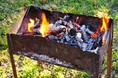 Grill gefüllt mit Kohlen Lizenzfreies Stockfoto