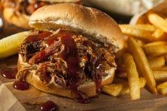 Grill gezogenes Schweinefleisch-Sandwich Stockbild