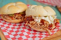 Grill gezogenes Schweinefleisch-Sandwich Stockbilder
