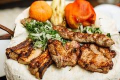 Grill, gotujący różny mięso z piec na grillu warzywami obraz royalty free