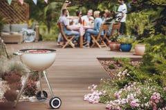 Grill im Garten lizenzfreies stockbild