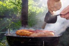 Grill im Garten - Zündung Lizenzfreies Stockfoto
